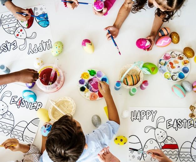 Gruppe kinder, die ostern zeichnen und vorbereiten