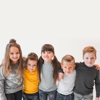 Gruppe kinder, die zusammen aufwerfen