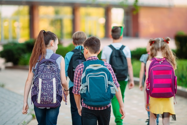 Gruppe kinder, die zusammen zur schule gehen.