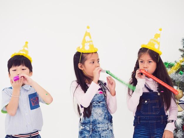Gruppe kinder feiern party und genießen weihnachtsspaß zusammen