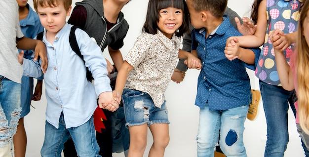 Gruppe kinder feiern zusammen spaß