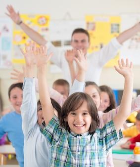 Gruppe kinder mit lehrer im schulklassenzimmer