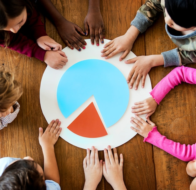 Gruppe kinder mit papercraft tortengrafik-geschäft