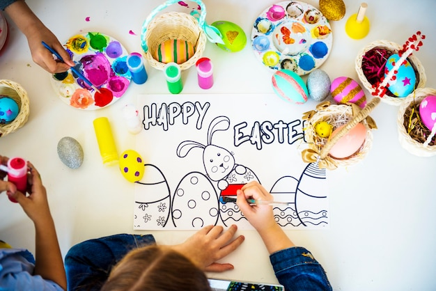 Gruppe kinder zeichnen und bereiten ostern vor