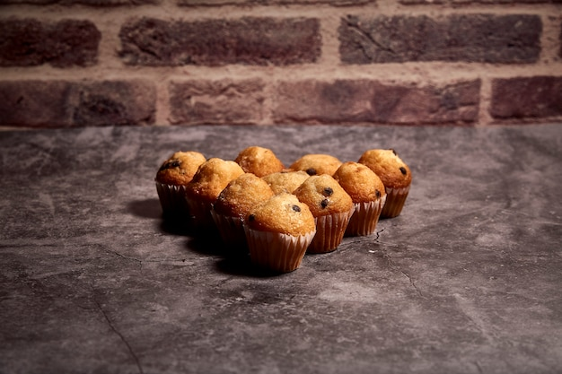 Gruppe köstliche muffins mit schokolade in form des herzens