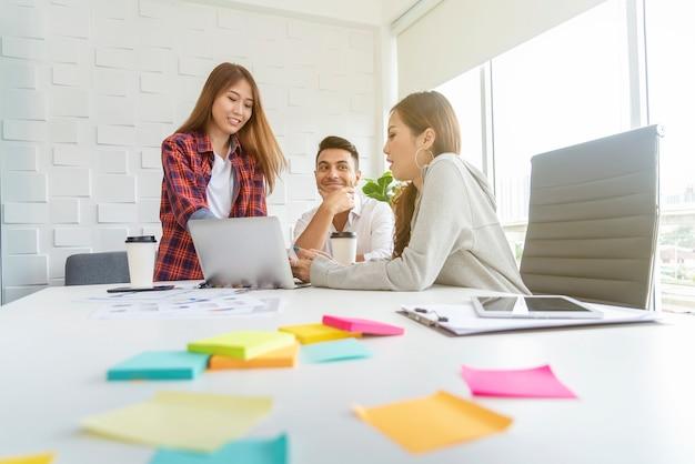 Gruppe kollegen, die im büro gedanklich lösen und sich treffen. geschäftsteamwork-konzept.