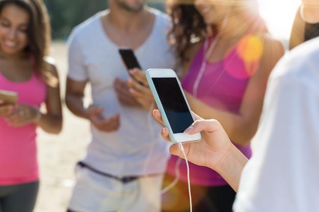Gruppe läufer halten zelle smartphones