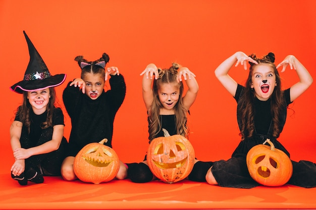 Gruppe mädchen kleidete in halloween-kostümen im studio an
