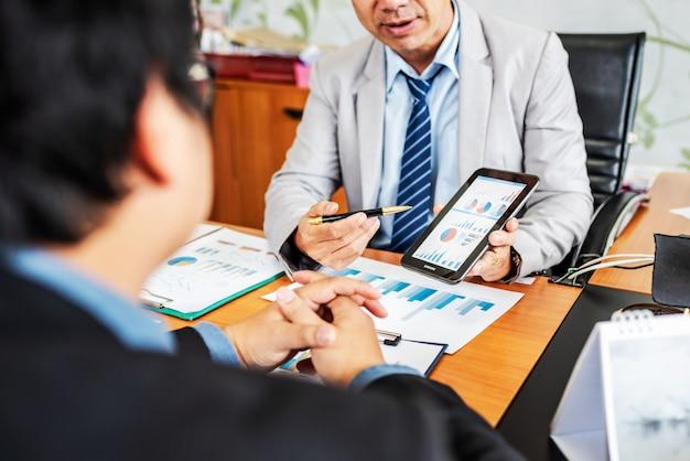 Gruppe männliche unternehmer, die managementprojekt während der zusammenarbeit besprechen