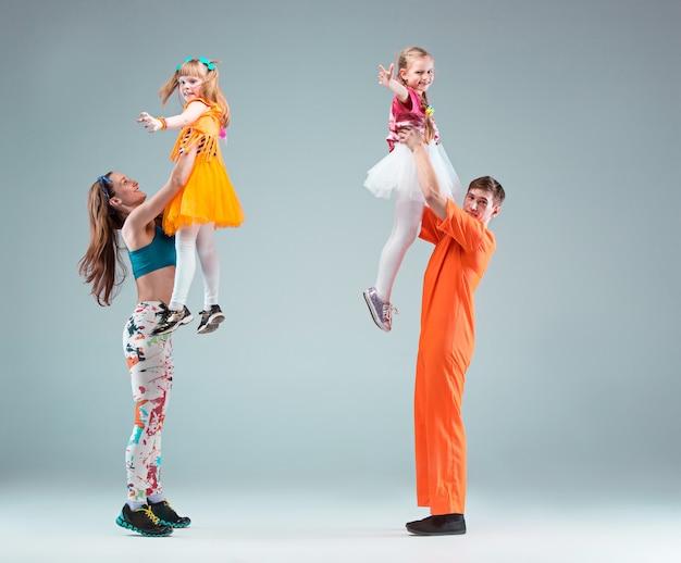 Gruppe mann, frau und teenager, die hip-hop-choreografie tanzen