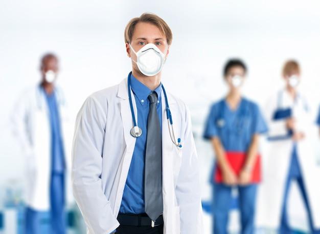 Gruppe maskierter ärzte in ihrem krankenhaus
