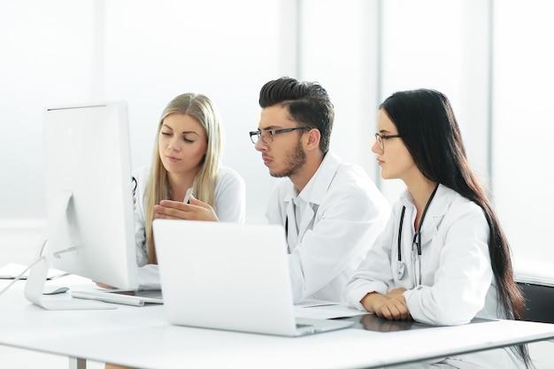 Gruppe medizinischer experten diskutiert online-informationen. technologie und gesundheit