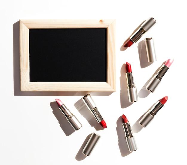 Gruppe metallische lippenstifte mit tafel