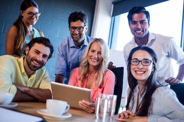 Gruppe mitarbeiter, die einen tablet-computer verwenden
