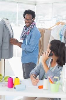 Gruppe modedesigner, die zusammenarbeiten