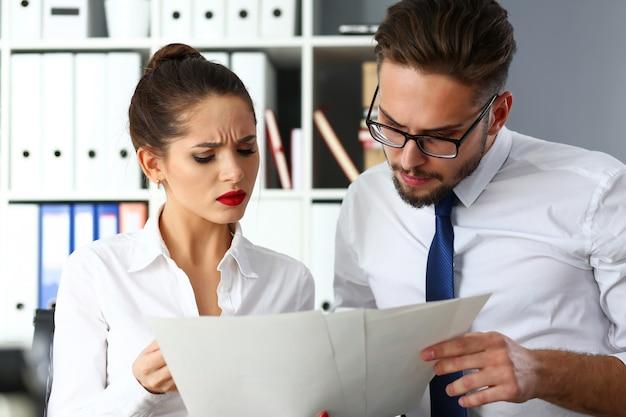 Gruppe moderner geschäftsleute in der bürodebatte über finanzfragen