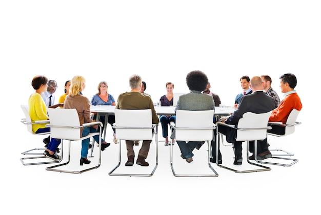 Gruppe multiethnische leute in einer sitzung und in verbindung stehenden symbolen des social networking oben
