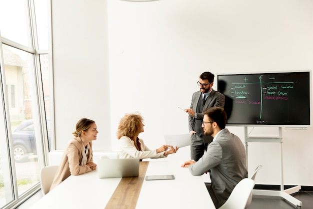 Gruppe multiethnischer junger geschäftsleute, die im büro zusammenarbeiten