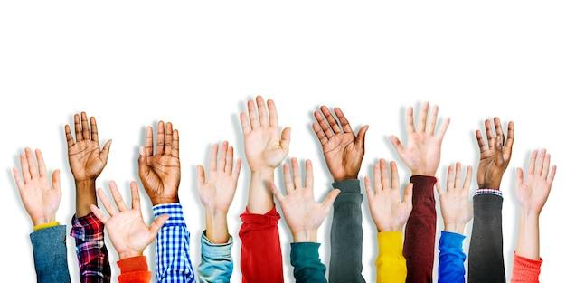 Gruppe multiethnischer unterschiedlicher hände erhoben