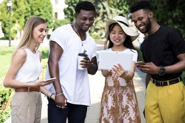 Gruppe multikulturelle freunde, die spaß haben