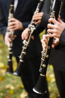 Gruppe musiker, welche die klarinette spielen.