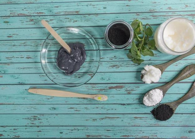 Gruppe natürlicher inhaltsstoffe zur herstellung von zahnpasta mit aktivkohle.
