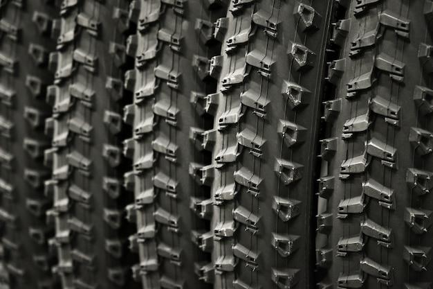 Gruppe neuer fahrradgummireifen fahrradreifen mit dem gleichen profilmuster ausgewählter fokus