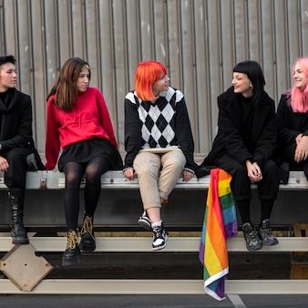 Gruppe nicht-binärer freunde, die nebeneinander sitzen