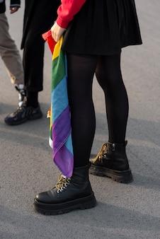 Gruppe nicht-binärer personen mit regenbogenfahne