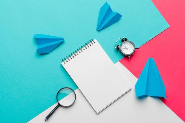 Gruppe papierflugzeuge auf blau. business for new ideas kreativität und innovative lösungskonzepte