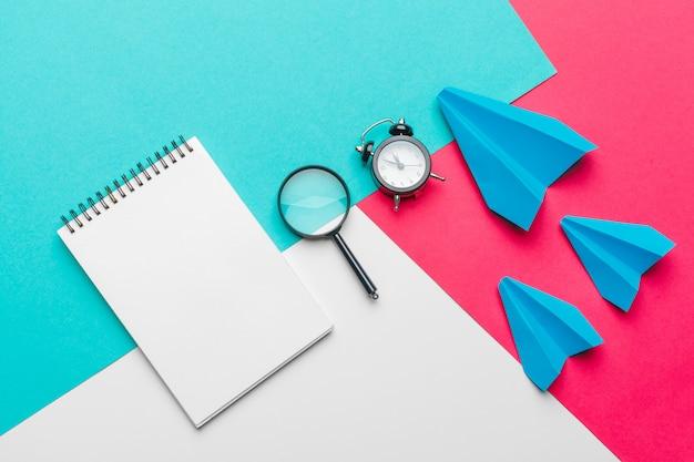Gruppe papierflugzeuge auf blauer farbe. business for new ideas kreativität und innovative lösungskonzepte