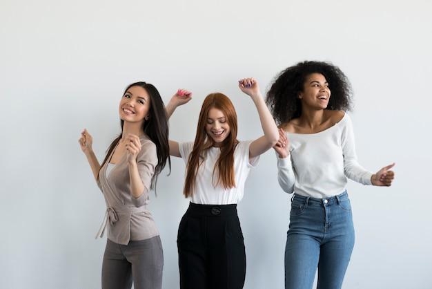 Gruppe positiver junger frauen, die zusammen jubeln