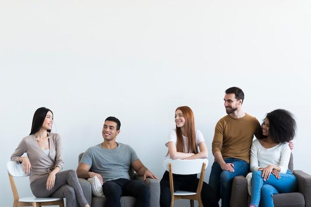 Gruppe positiver junger leute, die sich entspannen