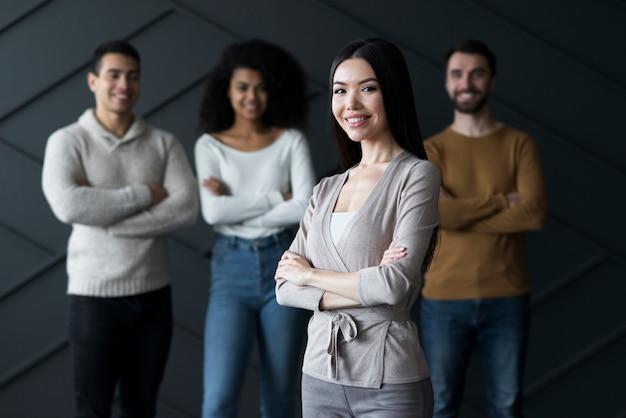 Gruppe positiver menschen, die sich versammeln