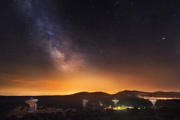 Gruppe radioteleskope und milchstraße