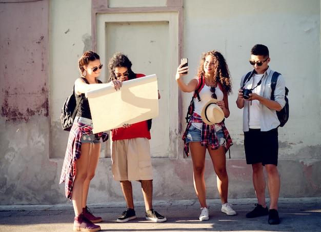 Gruppe reisender freunde
