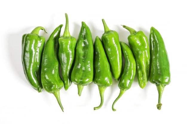 Gruppe roher grüner paprika in reihe
