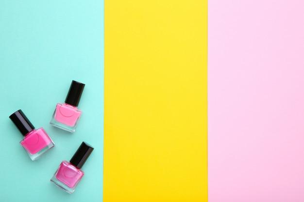 Gruppe rosa nagellacke auf buntem