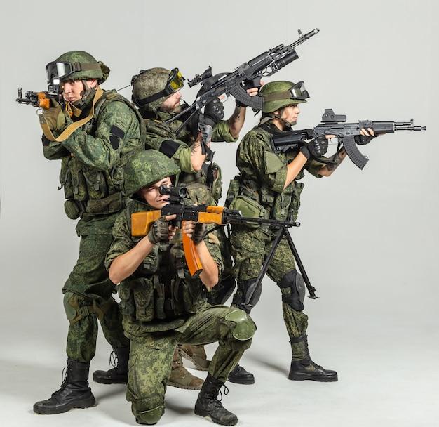 Gruppe russische soldaten auf weiß