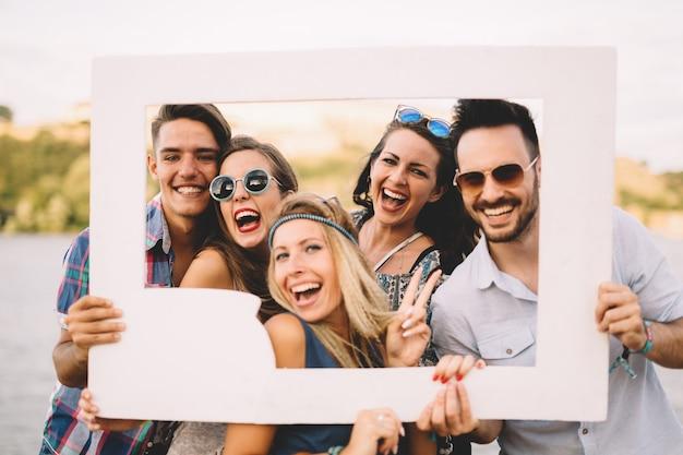 Gruppe schöner glücklicher freunde, die lachen und fröhlich sind
