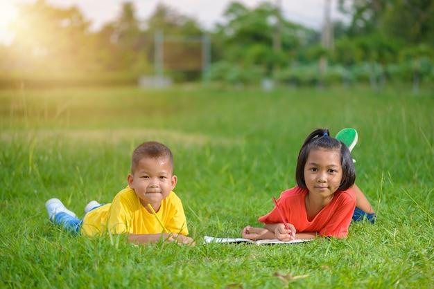 Gruppe schulkinder, die glücklich draußen schauen färben