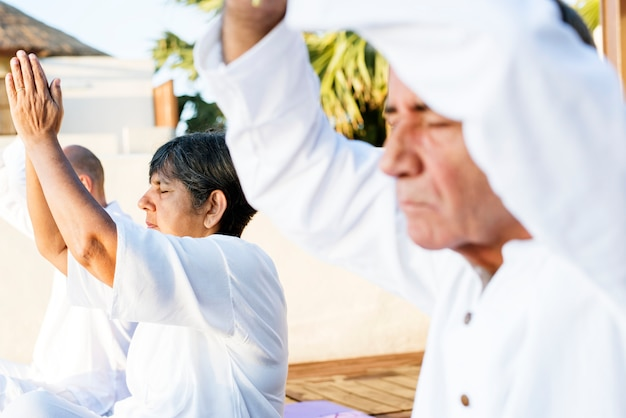 Gruppe senioren, die morgens yoga üben