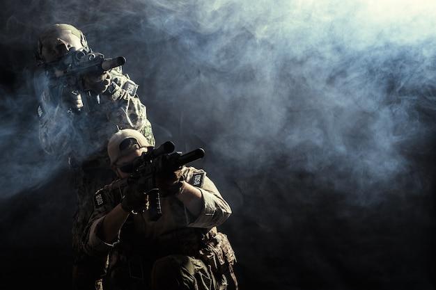 Gruppe sicherheitskräfte in den kampf-uniformen mit gewehren