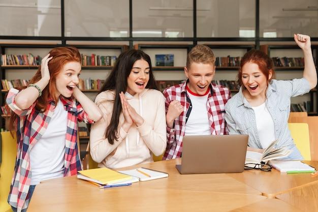 Gruppe siegreicher teenager