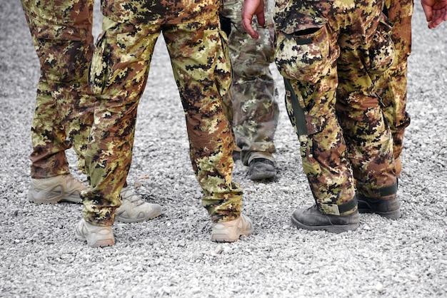 Gruppe soldaten, die tarnungsermüdungen tragen