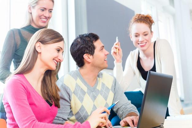 Gruppe studenten, die am college lernen