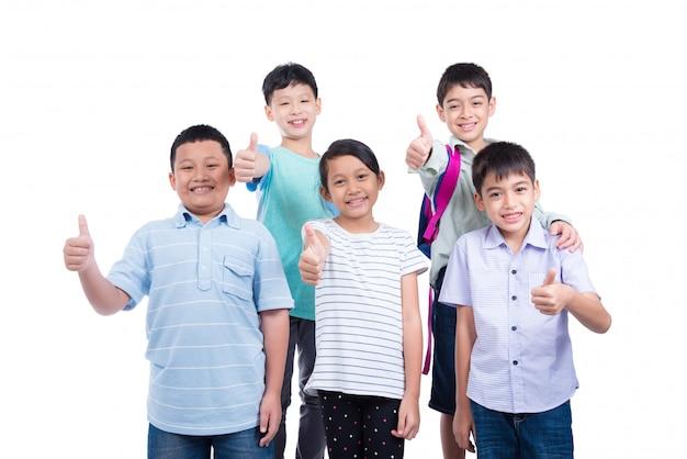 Gruppe studenten, die daumen oben über weißem hintergrund stehen und zeigen