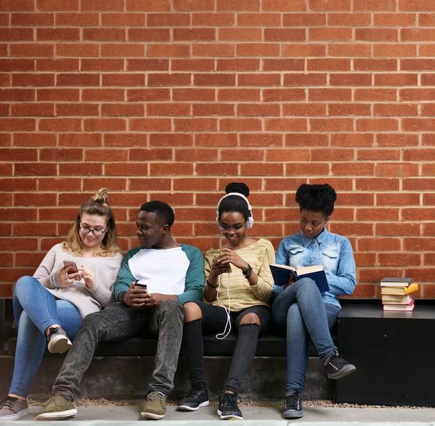 Gruppe studenten, die heraus hängen