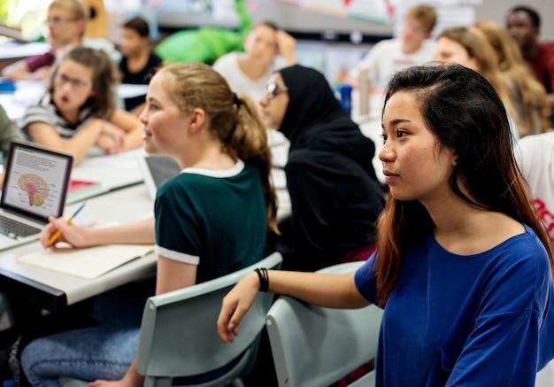Gruppe studenten, die im klassenzimmer lernen