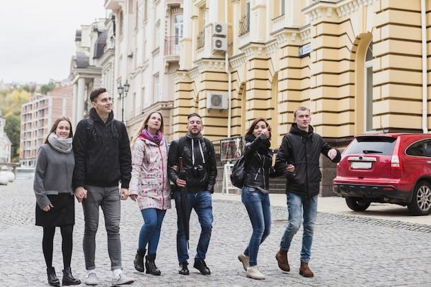 Gruppe touristen, die auf straße gehen